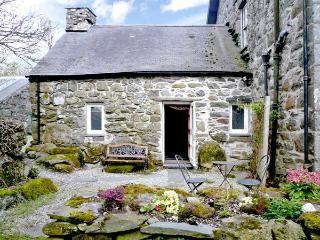 CEFN COCH ISAF, pet friendly, character holiday cottage, with a garden in