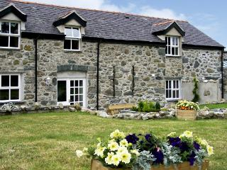 DERI LLEWELYN, pet friendly, character holiday cottage, with a garden in Rowen,