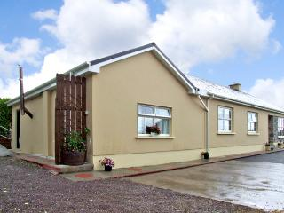 EAGLE'S CREST COTTAGE, romantic, with open fire in Killorglin, County Kerry