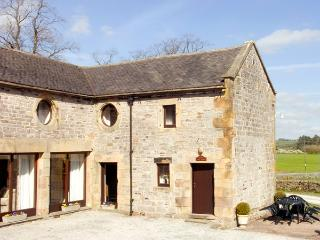 EAST CAWLOW BARN, family friendly, character holiday cottage, with a garden in Hulme End Near Hartington, Ref 633