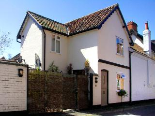FIRKIN COTTAGE, country holiday cottage, with a garden in Wymondham, Ref 2108
