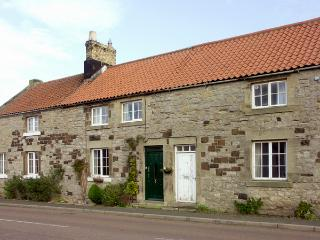 GABBY COTTAGE, family friendly, character holiday cottage, with a garden in Christon Bank, Ref 1592