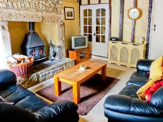 FOXTOR, pet friendly, character holiday cottage in Middleham, Ref 1330