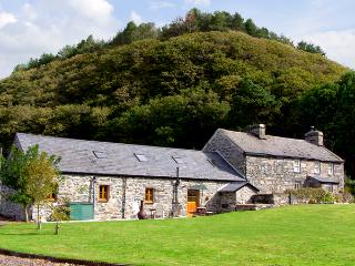 GLASFRYN BARN, family friendly, character holiday cottage, with a garden in Harl