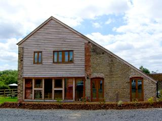 GLEBE BARN, family friendly, luxury holiday cottage, with a garden in Caynham, R
