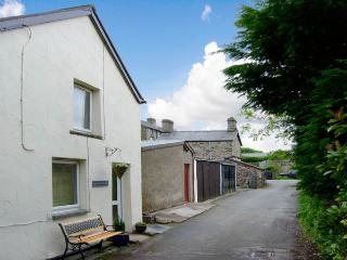 HEN AELWYD YR URDD, pet friendly, character holiday cottage, with open fire in Llan Ffestiniog, Ref 2999