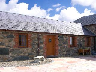 LILY COTTAGE, romantic, character holiday cottage, with a garden in Caeathro