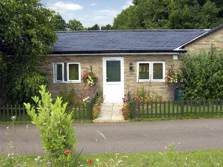 LITTLE LODGE 2, romantic, country holiday cottage, with a garden in Bylaugh