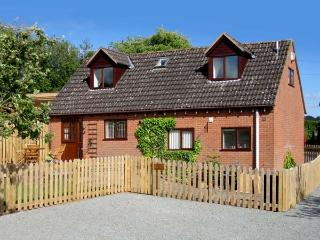 LITTLE ORCHARD COTTAGE, family friendly, character holiday cottage, with a garden in Hope Bagot, Ref 1716, Ludlow