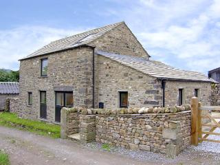 MANOR HOUSE BARN, family friendly, character holiday cottage, with open fire in Redmire, Ref 2609
