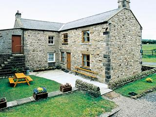 MOORGAIR COTTAGE, family friendly, character holiday cottage, with a garden in Hexham, Ref 705