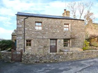 OAK COTTAGE, pet friendly, character holiday cottage, with a garden in Horton-In-Ribblesdale, Ref 913, North Yorkshire