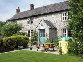 ORCHARD VIEW, pet friendly, luxury holiday cottage, with a garden in Parwich, Re
