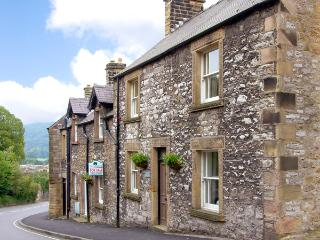 KNOLL COTTAGE, pet friendly, character holiday cottage in Bakewell, Ref 2640