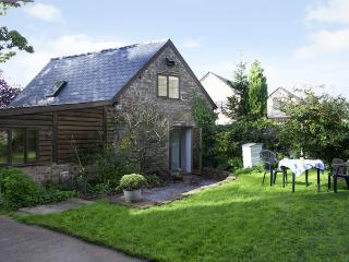 PEMBRIDGE COTTAGE, pet-friendly, en-suites, lawned garden in Welsh Newton, Ref 1601