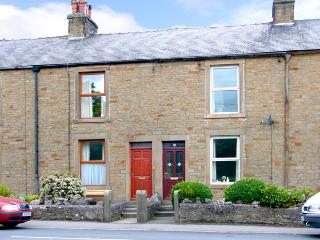 PEN-Y-GHENT VIEW, pet friendly, character holiday cottage, with a garden in Horton-In-Ribblesdale, Ref 2257, Noord-Yorkshire
