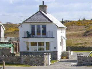 PORTH HOUSE, family friendly, luxury holiday cottage, with spa pool in Trearddur Bay, Ref 761