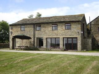 POTT HALL BARN, character holiday cottage, with a garden in Masham, Ref 2189