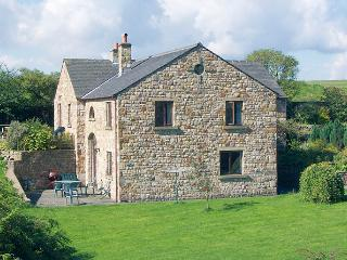 ROWAN HOUSE, pet friendly, character holiday cottage, with a garden in Giggleswick, Ref 398