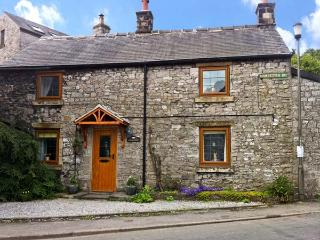 STONEYCROFT, pet friendly, character holiday cottage, with a garden in Tideswell, Ref 886