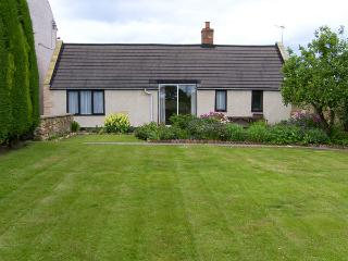 SWALLOWS COTTAGE, country holiday cottage, with a garden in Warkworth, Ref 1064