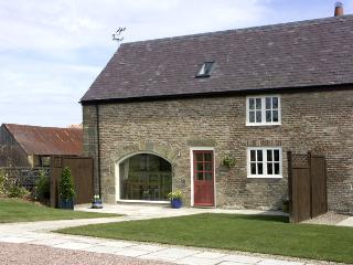 THE GRANARY, family friendly, luxury holiday cottage, with a garden in Longframl