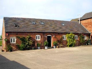 THE MEWS, family friendly, luxury holiday cottage, with hot tub in Hollington, Derbyshire, Ref 1928