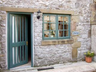 THE SHAVINGS, pet friendly, country holiday cottage, with a garden in Buxton, Re