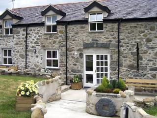 TY NANSI RHIANNON, pet friendly, character holiday cottage, with a garden in Row