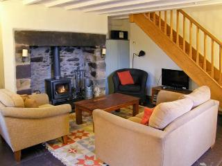 ISLWYN, pet friendly, character holiday cottage, with open fire in Llanberis, Ref 1026