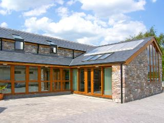 DDOL HELYG BARN, pet friendly, character holiday cottage, with a garden in Llanr