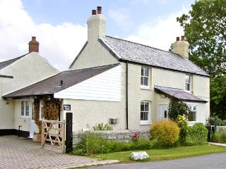 WERN BACH, pet friendly, country holiday cottage, with open fire in Caerwys, Ref