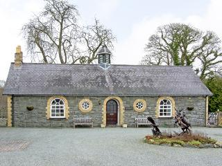 WOODBERRY, pet friendly, character holiday cottage, with a garden in Talhenbont Hall Country Estate, Ref 382, Chwilog