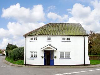 CORNER COTTAGE, pet friendly, character holiday cottage in Wangford, Ref 1936