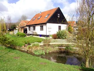THE HAYLOFT, pet friendly, character holiday cottage, with open fire in Necton
