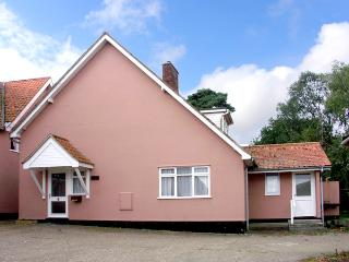 THE BOTHY, pet friendly, country holiday cottage, with a garden in Eye, Ref 2582
