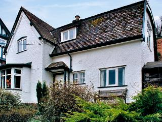 SHEPHERDS COTTAGE, pet friendly, character holiday cottage, with a garden in Chu