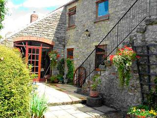THE HAYLOFT, pet friendly, character holiday cottage, with open fire in Newton