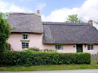 HOLLY COTTAGE, romantic, character holiday cottage, with a garden in Harome, Ref 3538
