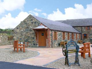 LAVENDER COTTAGE, pet friendly, character holiday cottage, with a garden in Caeathro, Ref 2952