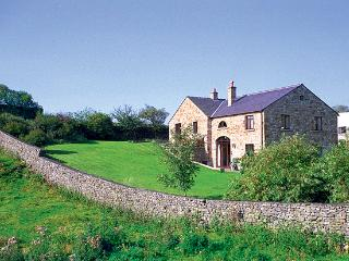 WILLOW COTTAGE, pet friendly, character holiday cottage, with a garden in, Giggleswick