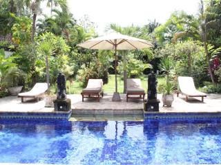 SPACIOUS VILLA WITH LARGE GARDEN-400 M FROM  BEACH, Seminyak