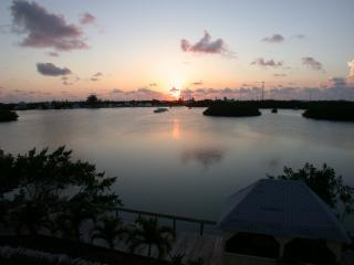 4/5 waterfront gated home, heated pool, boat docks, Marathon
