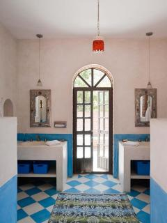 A guest bathroom, 2 sinks, 2 showers (indoor and outdoor)