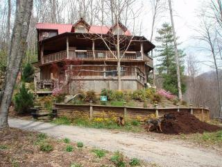 Artistic Natural Log Treehouse 16 mi to Downtown!, Fairview