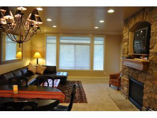 Best Price Snowbasin! Lakeside. Sleeps 13. Walk to Lake. Garage/Private Hot tub., Huntsville