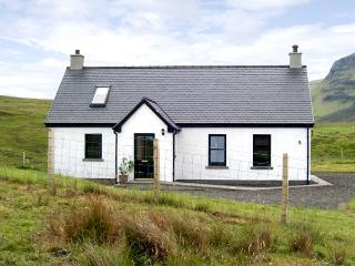 RIDGE END COTTAGE, family friendly, character holiday cottage, with a garden in Conista, Ref 3578, Isle of Skye