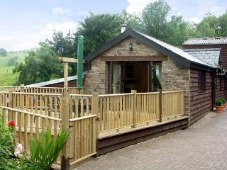 CWM DERW COTTAGE, romantic, character holiday cottage, with open fire in Llanafa