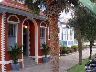 Romantic Park side Carriage House on Forsyth, Savannah