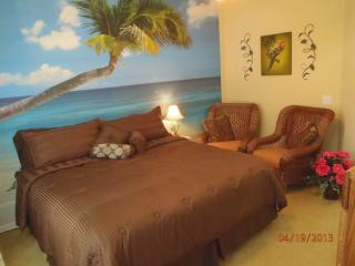 Disney is 3 miles, 4 king bedrooms, spa, gameroom, Kissimmee